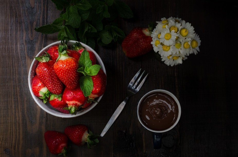 Bowl with strawberry, still life