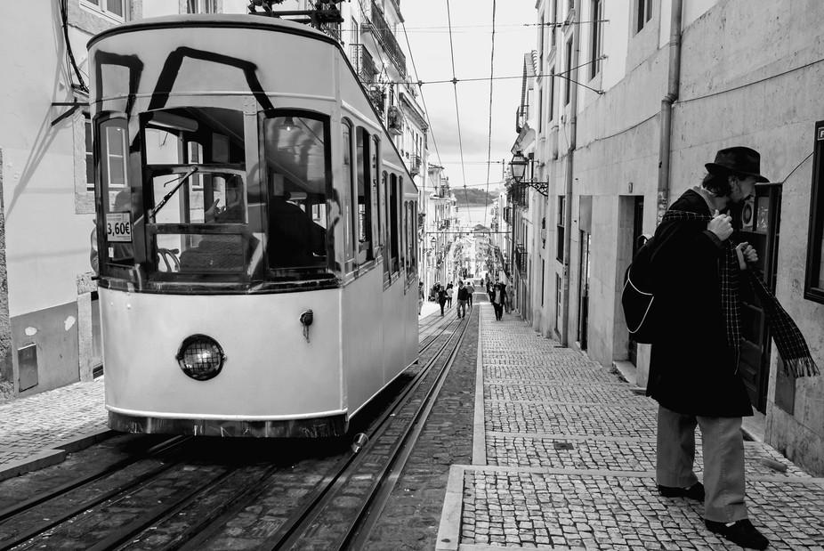 O homem do chapéu (The man of the hat) Rua da Bica de Duarte Belo Lisboa (Lisbon, Portugal)