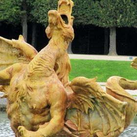 I was walking in the gardens of the Palace of Versailles when I saw that brilliant moment! A moment that shows the great expression of : art + a ...