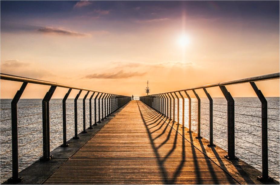Puente mirando al mar al amanecer