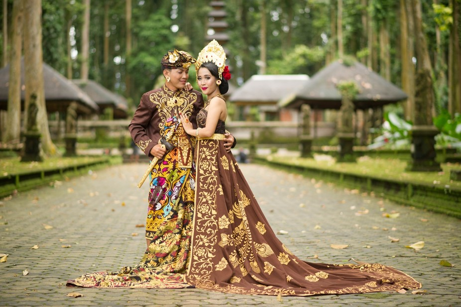 Newlyweds wearing a traditional Indonesian wedding dresses